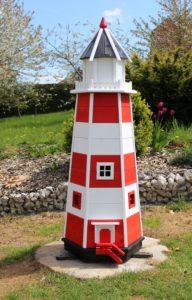 Leuchtturm aus Holz zur Deko am Gartenteich