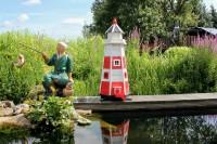 Leuchtturm im Garten am Teich