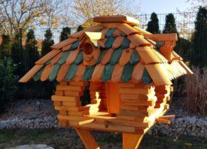 Tolles viereckiges Vogelhaus mit Nistkasten