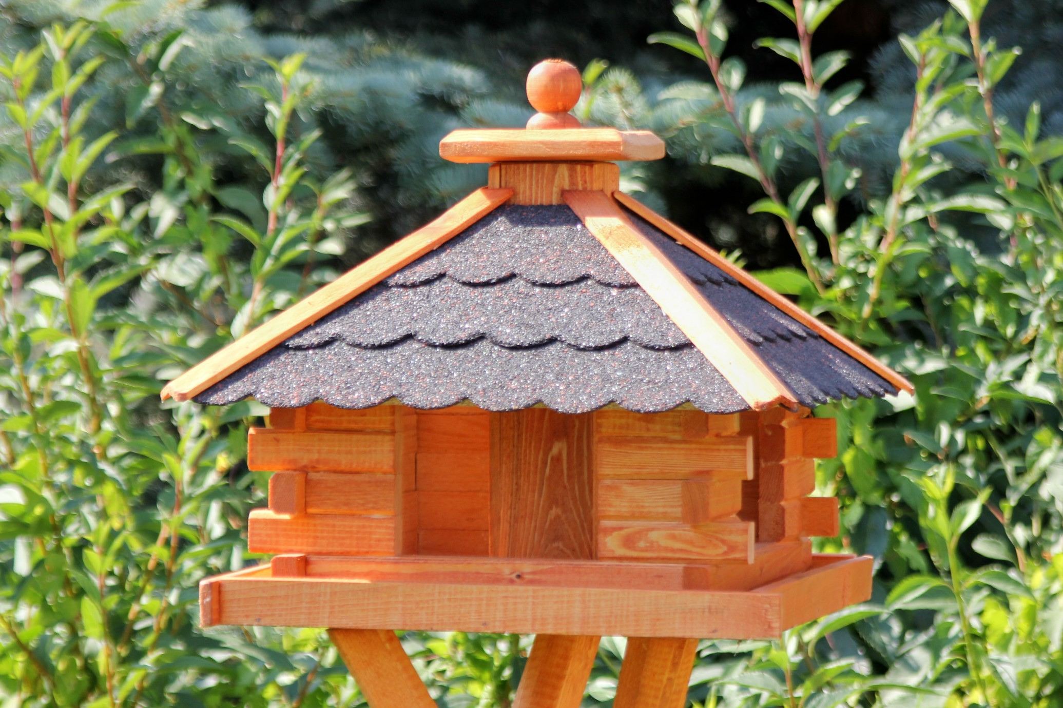 viereckiges holzvogelhaus mit solarlicht. Black Bedroom Furniture Sets. Home Design Ideas